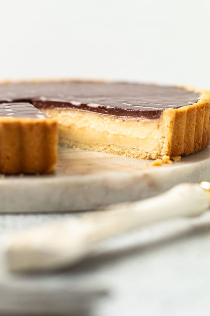 A side view of an eclair pie.
