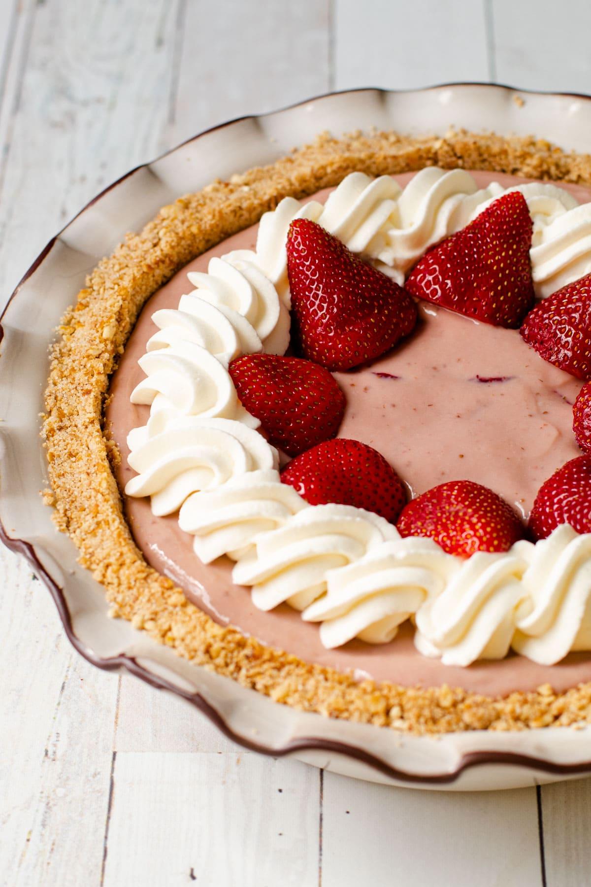 Pretzel pie crust with a pie in it.